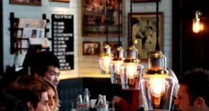 restaurante luminárias coloridas