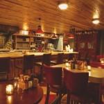 restaurante vermelho com madeira